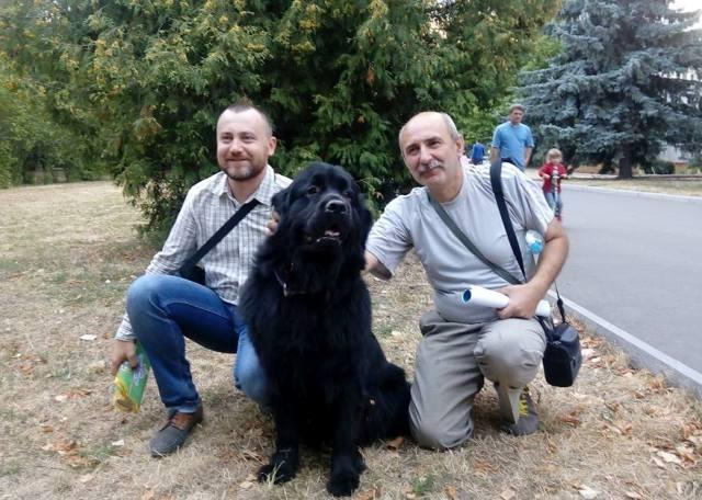 Микола Пікула -- справа, Сергій Татаренко -- зліва. У центрі -- чорний пес