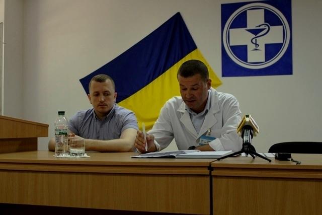 У білому халаті - головний лікар Рівненської обласної клінічної лікарні Іван Зима.