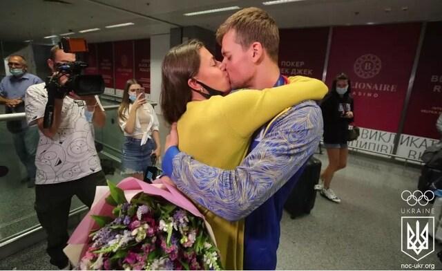 Легкоатлетка Марина Бех-Романчук зустрічає свого чоловіка з Олімпіади