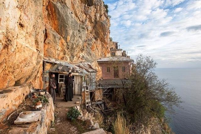Монахи-схимники часто живуть у печерах чи на скелях. Так, щоб їх молитвам ніхто не заважав. Типово їх раціон - дві-три ложки борошна розведених у воді. На день