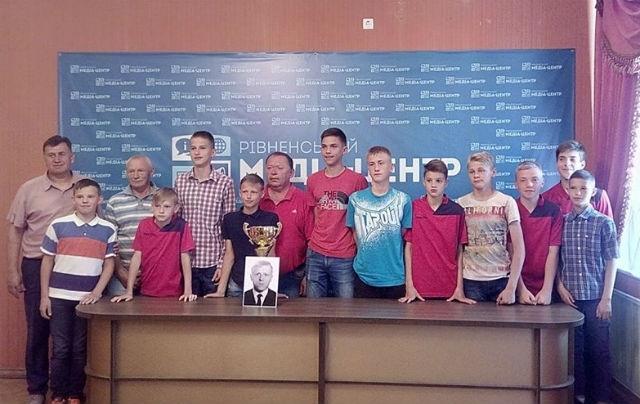 На фото - команда ДЮСШ «Верес» 2004 р. та організатори турніру