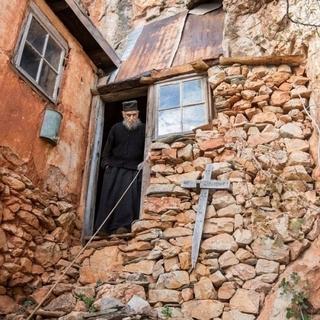 Отець Арсеній самотньо живе в своїй келії на скелі вже 65 років