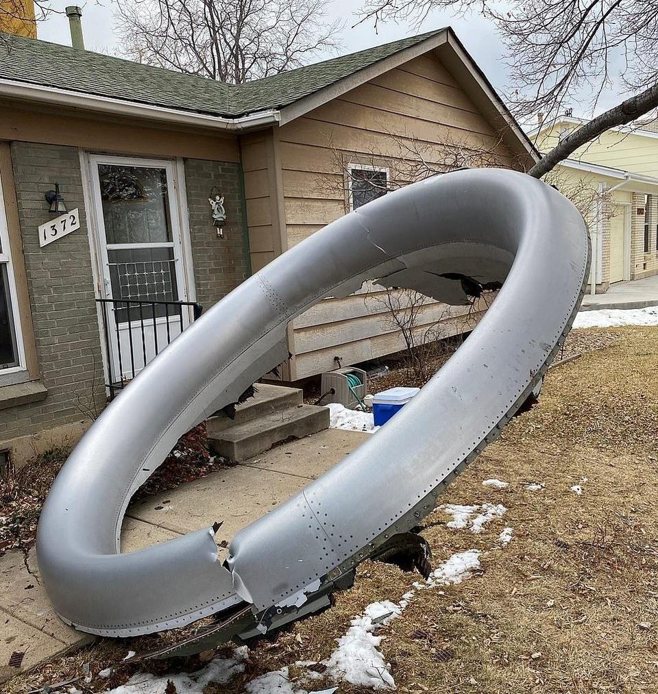 Поліція вважає дивом, що ніхто на землі не постраждав від падаючих решток двигуна.